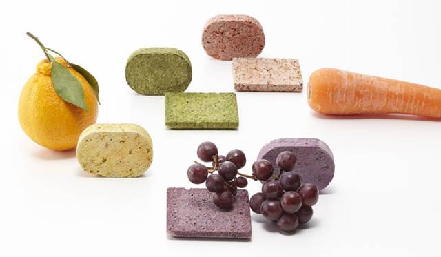 """<strong>ミラノサローネ2015 Experimental Creations</strong><br/><Material Experiments><br />秋山かおり(STUDIO BYCOLOR)「STONE COMPOTE」<br />""""日本では年間1800万トンの食品廃棄物が排出されている。その背景から、野菜・果物の「皮」に注目。野菜や果物の皮と、石と水分をともにコンポート(煮る)し、十分な乾燥をほどこし、皮の色素を石へと移行させた。表面はまるでサブレのようなおいしそうなテクスチャに仕上がった。軽石とソープディッシュとして展開"""
