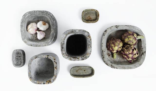 """<strong>ミラノサローネ2015 Experimental Creations</strong><br/><Material Experiments><br />tsukasagoto「metabolizing cement/dressing cement」<br />花弁や植物の種子などの素材のもつ色、テクスチャー、取り込むことで、固定化されたセメントのイメージを変えてみようという試み。身の回りにある当たり前のモノたちが交じり合うことで気づかなかったあたらしい""""見る、感じる""""感覚を表現している"""