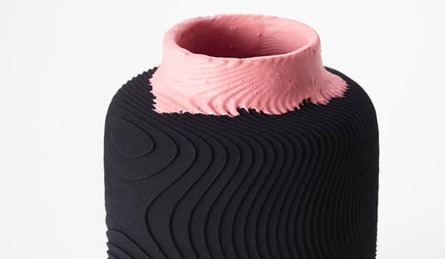 <strong>ミラノサローネ2015 Experimental Creations</strong><br/><Digital Experiments><br />村越淳「SO」<br />3Dプリンタ特有の積層痕を水平に積み上げるのではなく、同心球状に積み重ねた際にできると考えられる積層痕をサーフェスにほどこした。ラバーペイントで色彩をくわえ、液体が創り出す意外性のある動きは一点ずつ異なる趣を生み出している