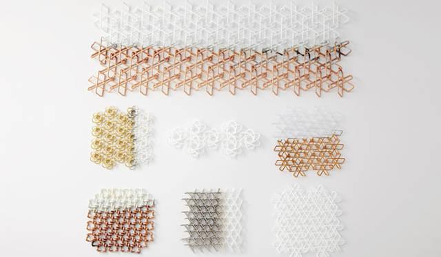 <strong>ミラノサローネ2015 Experimental Creations</strong><br/><Digital Experiments><br />福定良佑「Oriental Loops」<br />3D プリンタの機能として、継ぎ目のないリング状の形がつながりあったまま出力できるという特性を生かし、リング状の形を反復することでできる3ディメンショナルなテクスチャー表現の可能性を考察