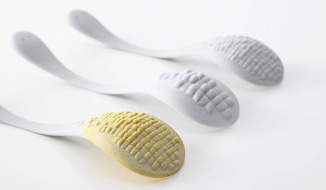 <strong>ミラノサローネ2015 Experimental Creations</strong><br/><Digital Experiments><br /> 秋山かおり(STUDIO BYCOLOR)「TASTE of CELLS」<br />私たちが普段口にする野菜や果物などの植物は膨らんだ形状、尖った形状、凹んだ形状など、さまざまな表面テクスチャーで特徴づけられている。Grasshopperを用いることで、細胞が織りなす形の大きさやバランスをシュミレーションし、スプーンにさまざまな植物の表面テクスチャーを配し、それぞれの植物を使用しスプーンを染色