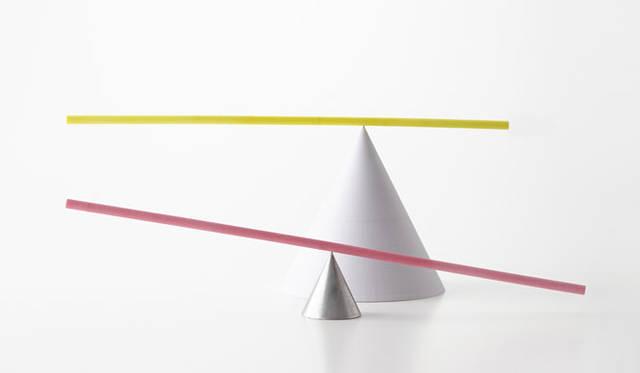 <strong>ミラノサローネ2015 Experimental Creations</strong><br/><Digital Experiments><br />小宮山洋「The Peculiar Stick」<br />「重心と中心のちがう、棒。あるいは、おもちゃのような、オブジェ」。デジタルファブリケーションによって数値化・最適化されていくプロセスまたは結果を、日常にやわらかく溶け込むような在り方の可能性を探っている
