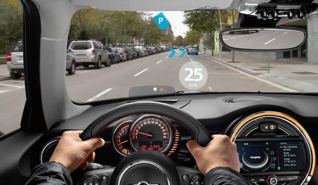 標識から読み取った制限速度や、空き駐車スペースを案内