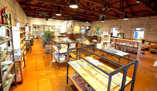 <strong>GEA|ギア</strong><br />隣接する「GEA#2」では、山形の作家の食器をはじめ、世界中から集めたライフスタイルグッズ、ステーショナリー、書籍、家具の販売と、コーヒーをサーブするカフェスペースも設置