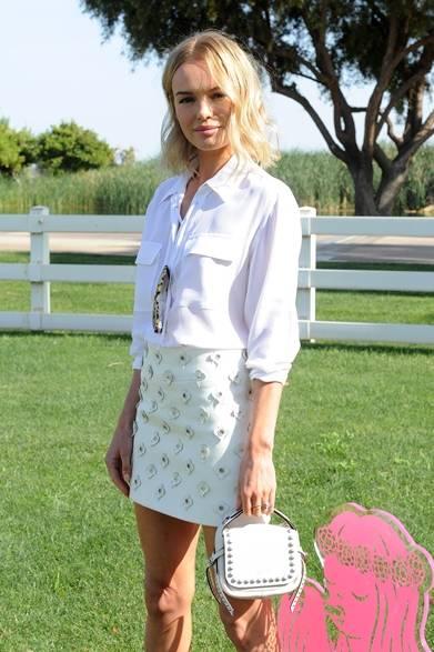 ケイト・ボスワーズはシンプルなホワイトシャツに、花びらを飾ったパステルグリーンのスカートで登場。ロージーと色違いのバッグを手にして、ソフトな色合いでフェミニンさを溢れたフェスコーデに完成。</br></br>Photo credit: Getty Images