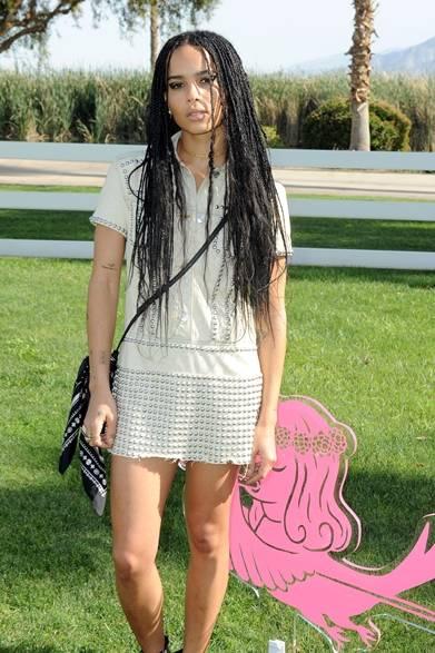 レニー・クラヴィッツの娘、女優であるゾーイ・クラヴィッツ。リペットをあしらったホワイトデニムドレスでエッジィの効いたモッズスタイルに。</br></br>Photo credit: Getty Images