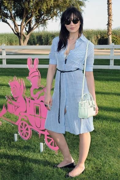 ベビーブルーとホワイトのギンガムチェックドレスで登場したデイジー・ロウ。足元はシンプルなフラットシューズを取り入れ、ウエストは細身のベルトでコーディネイトを引き締めた。</br></br>Photo credit: Getty Images