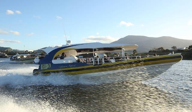 <br />007にでも登場するようなスピードボートは、80名のゲストたちを乗せて、うなりをあげてディナー会場へと向かう
