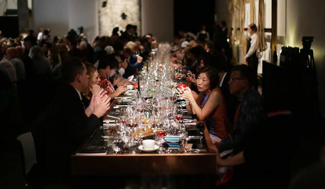 <br />料理運び、ワインを注ぐタイミングなどサービスも完璧。ゲストはノーストレスで美食と美酒と会話を堪能