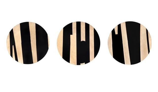 デコラティブプレート コレクションの「Milano in bronzo e nero」。1970年代の抽象芸術からインスパイアされたこの作品には、ブロンズシートを旋盤や手打ちで加工した後、刻印や研磨、コーティングがほどこされている。