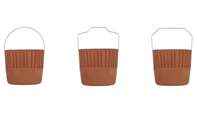 優雅さと楽しさ、機能性と装飾性を兼ね備えた容器セットの「Bucket」。クラシックな雰囲気の素焼きの円柱に、刻印やカッパー仕上げの金属製ハンドルを添えて現代的にアレンジしている。