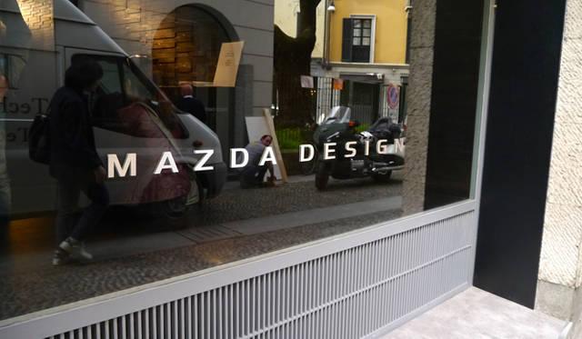 展示会場のウィンドウには誇らしげにマツダデザインの文字