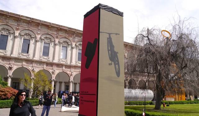ミラノの大学の構内を使ったインスタレーションのスポンサーはアウディが務めた