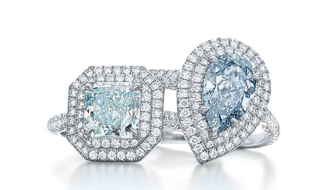 まるで海中を思わせる大粒のブルーダイヤモンドを贅たくに使用したリング  ©Tiffany & Co.