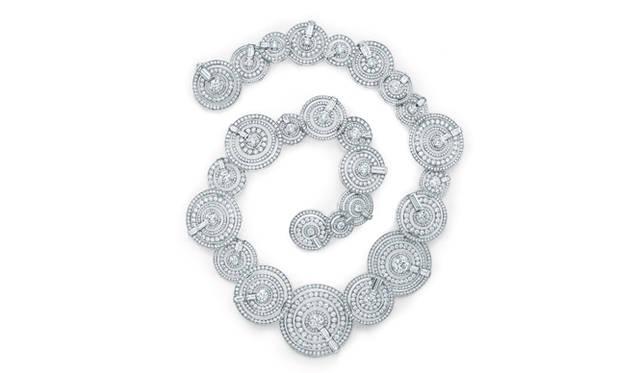 フランチェスカ・アムフィテアトロフがこのネックレスをデザインするにあたって心に思い描いたのは「高飛び込み」だったそう。特徴的にあしらわれたバゲッドカットのダイヤモンドは飛び込み台をイメージ。  ©Tiffany & Co.