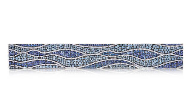 モンタナサファイヤ、ブルーサファイヤ、ダイヤモンドを ブラック加工を施したプラチナにセットした「WATERCOLORS」。岸に穏やかに打ち寄せる波を表現している  ©Tiffany & Co.