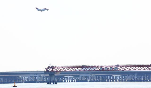羽田沖を空港に向かうホンダジェット