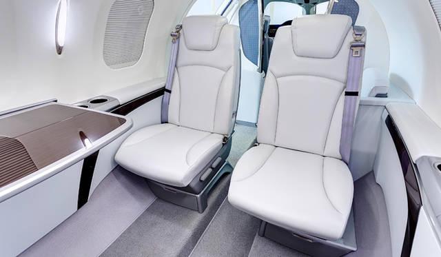 座席は壁際から室内側に滑らかに移動させることができる