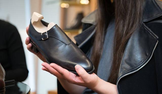 カーフの一枚革で、人気モデル「JERMYN(ジャーミン)」のような雰囲気を漂わせるラスト7000のシングルバックル「COAST」
