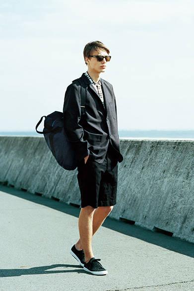 <strong>MARGARET HOWELL マーガレット・ハウエル</strong><br />パッチポケットがカジュアルな雰囲気を演出するジャケットは、マーガレット・ハウエルで人気の高いフォックスブラザーズ社製のサマーウール素材を使用。軽くしなやかに着こなせるのがうれしい。大きめのチェックのリネンシャツに、織りで深みを感じさせるショーツを合わせて、ワントーンですっきりと。<br />ジャケット6万8040円、シャツ2万9160円、ショーツ2万7000円、バッグ2万8080円、サングラス7万3440円(店舗限定)、スニーカー2万2680円(すべてマーガレット・ハウエル)