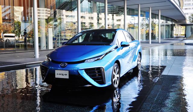 昨年12月に発売が開始されたトヨタ「MIRAI」。価格は723万6,000円と高価ながらも、1ヵ月で年間販売目標の700台を大きく上まわる1,500台を受注した