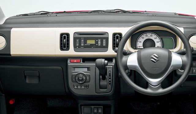 スズキの新型「アルト」のインテリア。カーナビはスマホで完結させるオーナーも増え、最近は、軽自動車にモニター画面は付いていても、カーナビソフトは入っていないことも多い