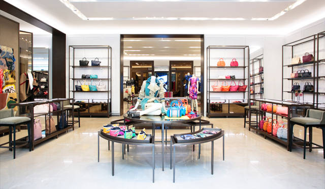 1階のエントランスに広がるウィメンズアクセサリーのエリア。「バーバリー プローサム」のシーズンアイテムから、日常使いに重宝するベーシックなアイテムまで幅広い商品展開に心が躍る。