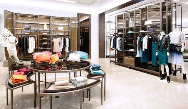 オーソドックスなシャツやテーラリングも揃う「ロンドン」コレクションは、ビジネスシーンにも合わせやすいスタイルが中心。「ロンドン」のシンプルなドレスに「バーバリー プローサム」の特徴的なトレンチコートを合わせるなど、オケージョンにあわせ、日常使いにも特別な日のドレスアップにもアレンジを楽しめる。
