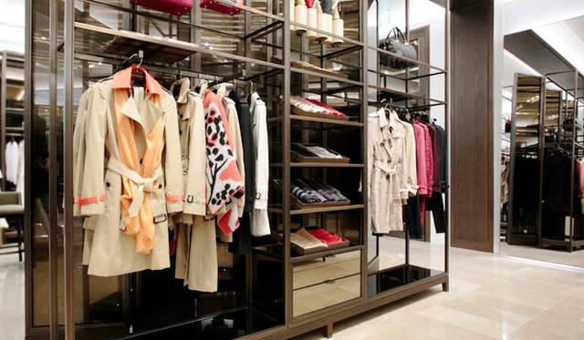 バーバリーを象徴するトレンチコートのコレクション「ヘリテージ」は3タイプのデザインが揃う。襟元と袖口のベルトをパテントレザーにアレンジしたコートは「ロンドン」コレクションのシーズンアイテム。2015年春夏コレクションのキャンペーンビジュアルにも採用されたアイコニックな一着だ。