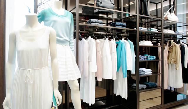 春夏シーズンらしい軽やかなホワイトのドレスが目を奪う。きれいめのカジュアルダウンにも、モードのエッセンスを取り入れるなど、ひとつの店の中だけでさまざまなアレンジを試すことができる。「ブリット」にはデニムやポロシャツなどオーソドックスなカジュアルアイテムがあるのもうれしい。