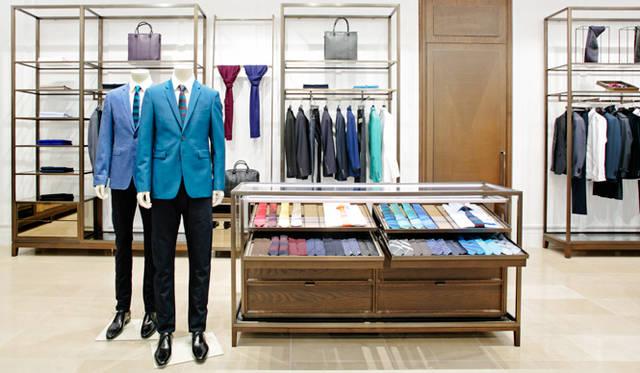奥にあるテーラリングルーム。職人の手作業で仕立てるテーラードコレクションを中心に、「バーバリー プローサム」のタイや「ロンドン」コレクションのビジネスコートなど、スーツスタイルのすべてが揃う。