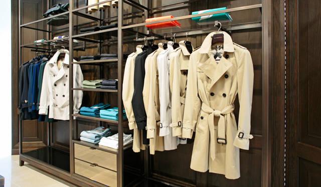 メンズフロアの中央には「ヘリテージ」コレクションを中心としたトレンチコートを扱う「バーバリーロンドン」の一角がある。「ヘリテージ」のトレンチコートや、ロンドンコレクションモデルの襟元と袖口のベルトをパテントレザーにアレンジした新作も揃う。