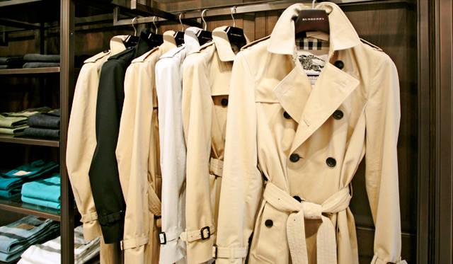 フォーマル、カジュアルのどちらのスタイルにも活躍するトレンチコート。ブランドの象徴である「ヘリテージ」は、時代が変わろうとも色褪せないスタンダードアイテムだ。オリジナルフィッティングから現代的なスリムタイプまで3つのスタイルから選ぶことができる。