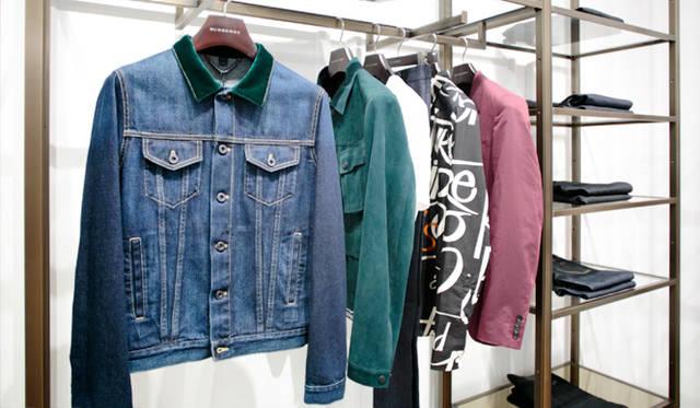 今シーズンのコレクションのなかでもとくに印象的だった「デニムジャケット」。襟だけ素材を変えたコンパクトなセルヴィッジデニムを使用。クリーンでニュートラルな印象のなかに、ひとエッセンス効かせた絶妙なデザインが印象的な「バーバリー プローサム」らしい1着だ。
