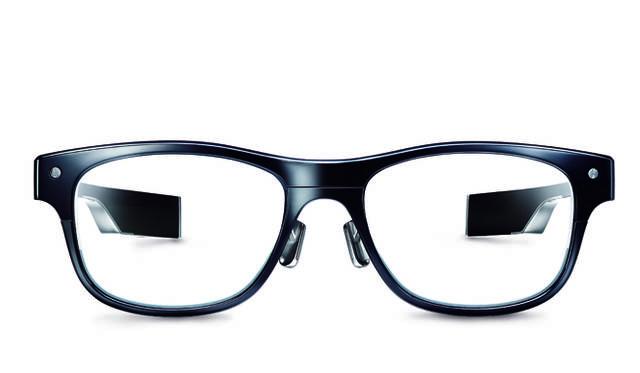 眼鏡メーカー「JINS」は、3点式眼電位センサーを搭載する次世代メガネ「JINS MEME(ジンズ・ミーム)」を用い、デンソーと共同し運転サポート技術の研究を進めている