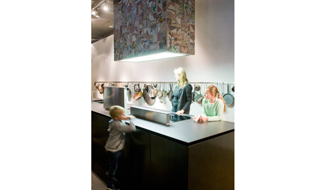 レンジフード「Tile 」by Piero Lissoni(2015)<br>キッチン「K14 」by Norbert Wangen(2007)<br>レンジフードの「Tile(タイル)」は、ピエロ・リッソーニ氏とイタリアのタイルメーカー、ドメニコ・モーリ社とのコラボレーションによって生まれた