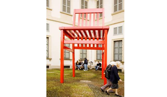 外観|モルテーニ ミラノ市近代美術館 中庭インスタレーション<br> 椅子モデル|MILANO for Molteni&C by Aldo Rossi /1987<br>