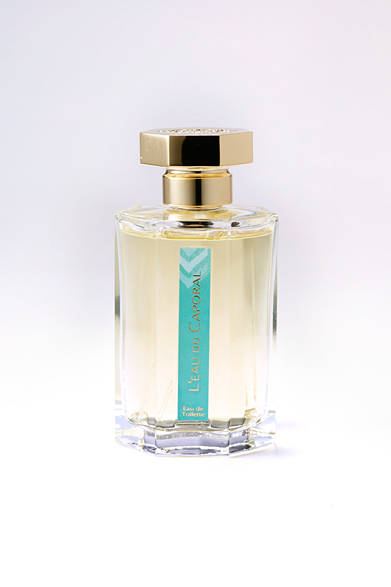 <strong>L'Artisan Parfumeur|ラルチザン パフューム</strong><br><br>  独創的かつ無二の香りで人気の高いラルチザン パフュームのなかでも、調香師ジャック・フレイスによって作られた名作が「ロード カポラル」。朝陽のようなさわやかさとエレガンスに満ちた心地良い刺激をもつ、アロマティックでハンサムな香りだ。 <br><br> オード トワレ[100ml]1万9440円(ラルチザン パフューム|阪急メンズ東京 1階/阪急メンズ大阪 地下1階)