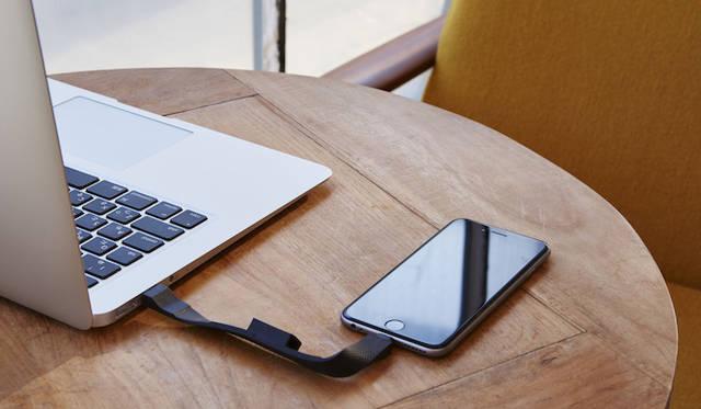 160mmショートタイプのLightningケーブル。鞄の中で複雑にからまりがちなケーブルを携帯性に優れたデザインに。ホコリや汚れがつきにくい、両端子を保護する一体型機構を採用。Apple社認証「Made for iPod/iPhone/iPad」取得。オープンプライス