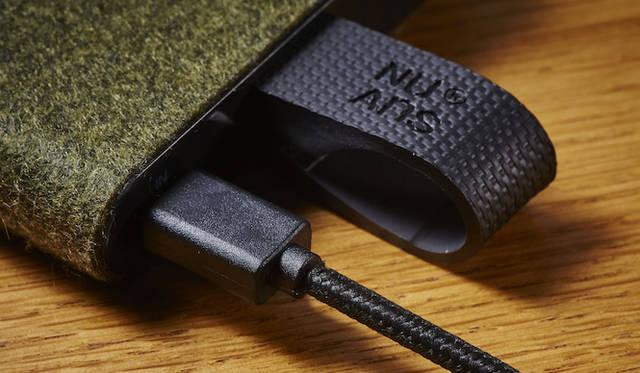 iPhone充電用のLightningケーブルが一体化した、薄型のモバイルバッテリー。iPhone 6なら約2回のフル充電が可能(大容量6,000mAh)。持ち歩き時に周りのものを傷つけないフェルト素材を採用している。オープンプライス