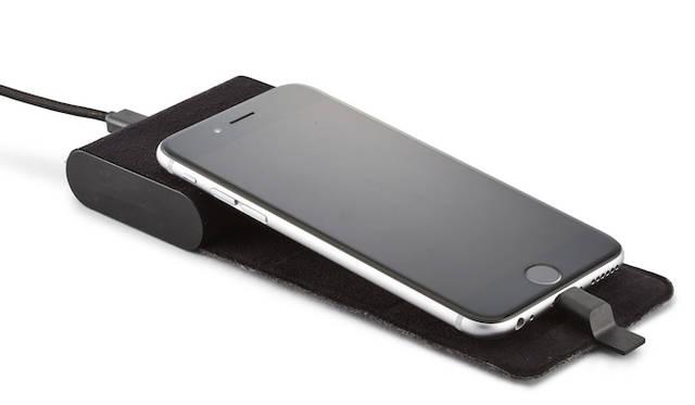 コンパクトに持ち運べるクレードル型バッテリー。オフィスや自宅にいるあいだはクレードルとして使用し、外出の際には、フェルト製のフラップをクルッと巻くだけで、携帯しやすいモバイルバッテリーに早変わりする。Apple社認証「Made for iPod/iPhone」取得。オープンプライス