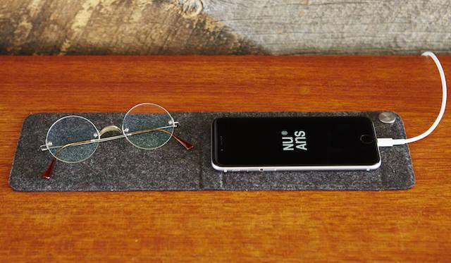 Lightningケーブルの端子部分を留めておくことができる、マグネット式ケーブルホルダー付きのマット。広げれば、ベットサイドでのiPhoneと小物置き場として。折りたためば、タッチ操作に最適な角度を与えて置くことができるスタンドになる。オープンプライス