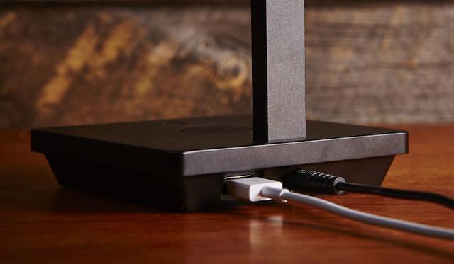 iPhoneなどのLightning端子付きデバイスを充電できるLED照明。光の強弱、電球色と昼光色の2色の切り替え、光源の傾き調整が可能。背面に給電用USBを搭載している。Apple社認証「Made for iPod/iPhone/iPad」取得。オープンプライス