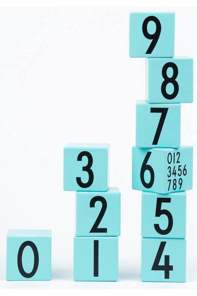 <strong>DESIGN LETTERS|デザインレターズ</strong><br />「デザインレターズ」キッズシリーズ ウッドナンバーキューブ 7560円(キューブ5×5cm/0~9の数字が入った木製キューブ)
