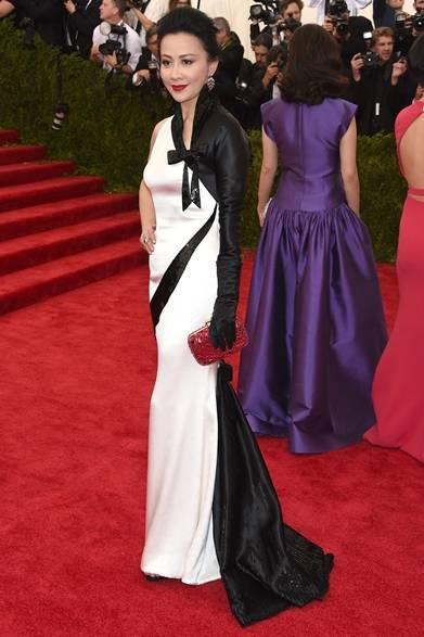 ドレス:エルザ・スキャパレリ<br /> クラッチ:ロジェ ヴィヴィエ
