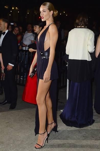 ドレス:ヴェルサス ヴェルサーチ<br /> サンダル:ジミーチュウ