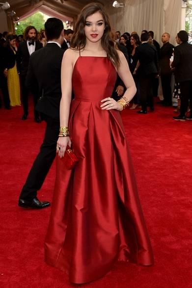 ドレス:マイケル・コース<br /> クラッチ:エディー パーカー<br /><br /> Photo credit: Getty Images