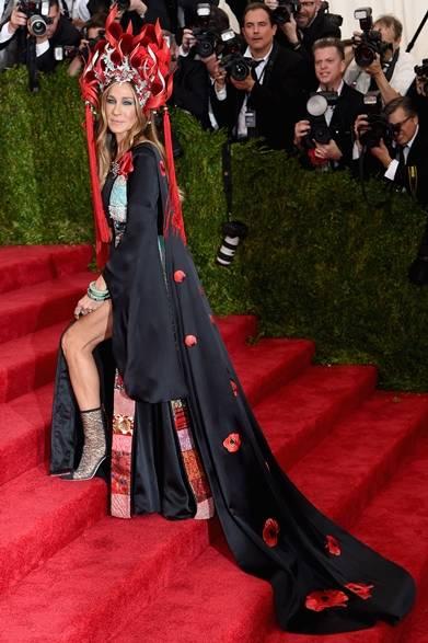 ヘッドピース:フィリップ・トリーシー <br /> ドレス:H&M