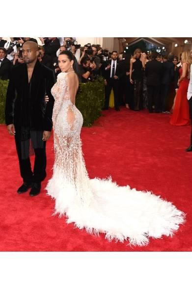 On Kanye West<br /> スーツ:ロベルト カヴァリ<br /> On Kim Kardashian<br /> ドレス:ロベルト カヴァリ<br />イヤリング:Lorraine Schwartz