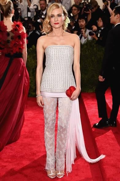 ドレス:シャネル クチュール<br /> クラッチ:ジュディス·ライバー<br /> サンダル:ジュゼッペ・ザノッティ・デザイン